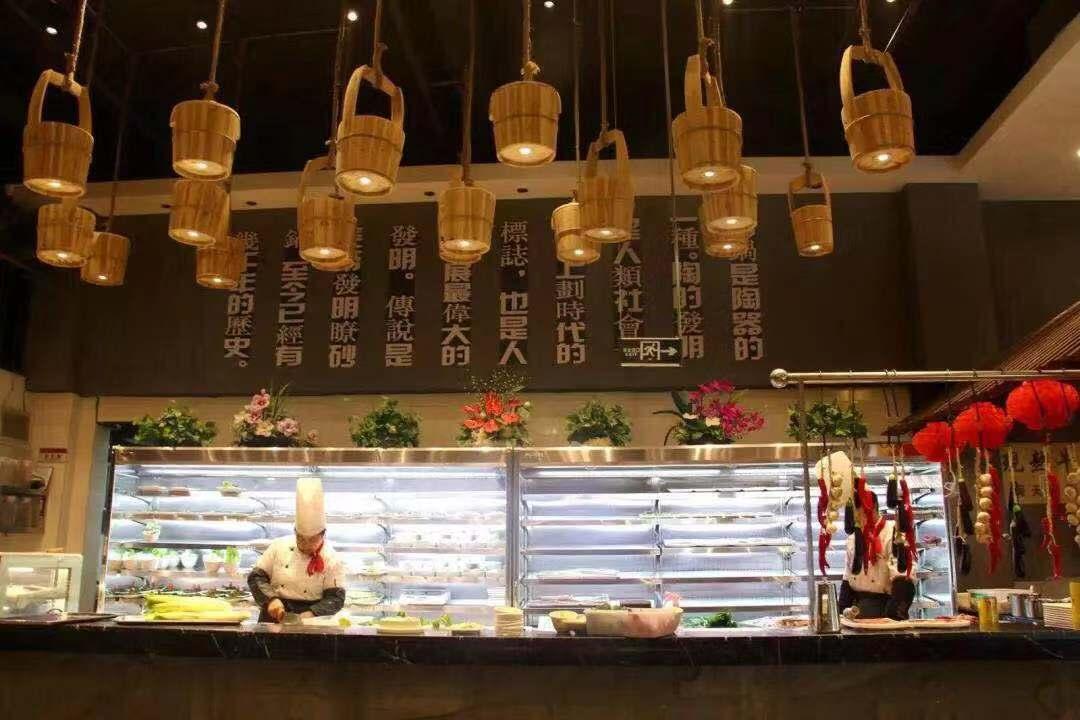 或者在装修上设置明档厨房,让顾客清晰看见后厨的菜品制作流程